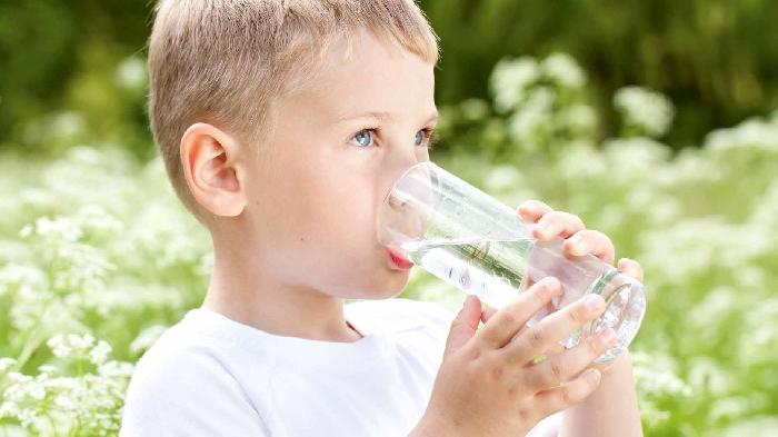 Otroka spodbujajte, da pije čim več. Vir: moneycrashers.com