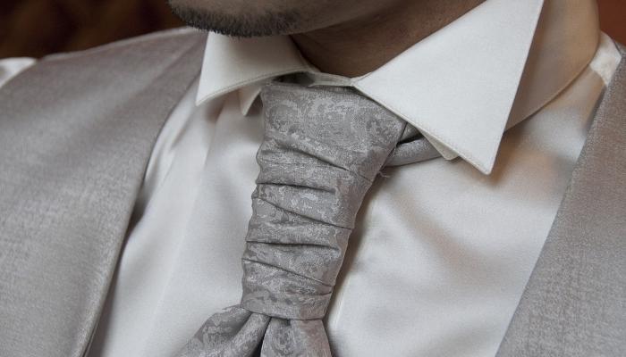 Ženinova priča svetuje pri izbiri obleke in kravate.